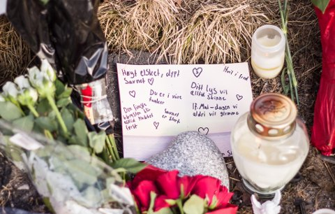 FINE ORD: Det etterlates fine ord til Stig-Johnny Sommer (18) som omkom 17. mai 2020. Nå er rettssaken mot kompisen som kjørte ulykkesbilen igang.