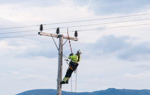PÅ OPPDRAG: Repvåg Kraftlag utfører her et oppdrag med høyspent linjearbeid. Bildet har ikke tilknytning til arbeidsuhellene.