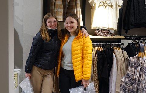 PÅ HANDLETUR: Charlotte Holmgren Myhren og Elise Johansen.