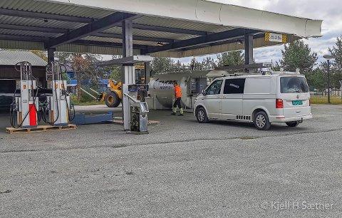 ÅPNER ONSDAG: Her, på den gamle bensinstasjontomta i Karasjok, skal Eskil og Frode Kjellmann åpne en automatstasjon. – Det er for dyrt å fylle i Karasjok, og vil være med på å få prisene ned, forteller Eskil Kjellmann mens han setter opp stasjonen i Karasjok.