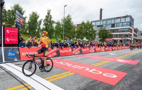 SLAPP JUBELEN LØS: Markus Hoelgaard kunne juble for sin andre seier på rad i Arctic Race of Norway, da han vant første etappe i 2021.