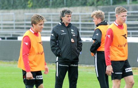 ADVARER: Jan Halvor Halvorsen tror ikke det blir en enkel kamp mot Rosenborgs andrelag lørdag. Her er Brynes trener i samtale med formspilleren Andreas Dybevik. I forgrunnen Luc Jeggo (t.v.) og Pål Aamodt.