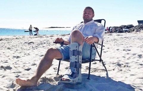 I GIPS: Stig Penne var uheldig da han var med på en av sønnenes håndballtrening like før ferien og endte opp med gips på grunn av røket akilles.