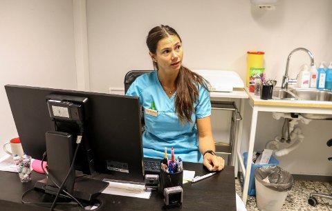 BLIR NEDRINGT: Veterinær ved Holmestrand dyreklinikk, Silje Hvarnes, forteller at mange hundeeiere ringer og er bekymret.