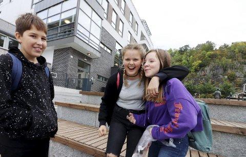 På vei til biblioteket: Even Leander Duus Myrvold, Emma Sofie Syvertsen og Alva Isabelle Wassbak Hostvedt går i åttende klasse på Gjøklep. De henger ofte på biblioteket etter skoletid. Nå gleder de seg til ungdomsklubben åpner, men skulle gjerne sett at den var åpne mer enn en dag i uka.foto: jarl Rehn-Erichsen