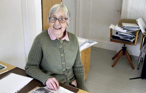 FOREDRAG: Anne Marie Tønseth (87) har blant annet benyttet en artikkel i Jarlsberg som kilde under sitt arbeid med foredraget 8. mars. Foto: Lars Ivar Hordnes