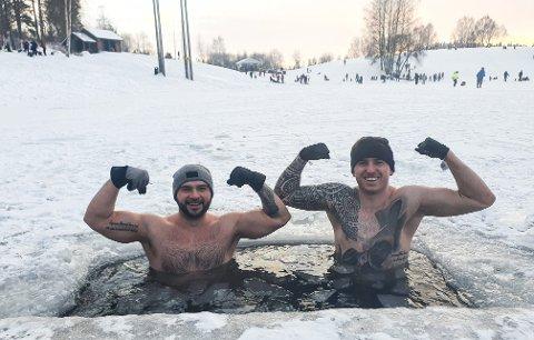 KONTRASTER: Her bader Patryk Bieliczko (t.v) og Hubert Najman i Nordbytjernet. I bakgrunn kan du se hvordan alle andre gikk kledd denne dagen.