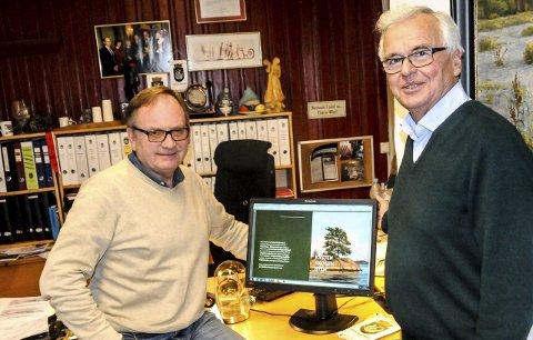 Forsiden: Harald Bothner til venstre og Sverre Okkenhaug viser fram forsiden til den første boken i trebindsverket om Kragerøs historie.
