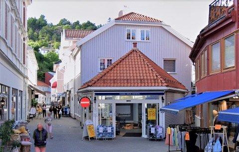Enkeltpersonforetaket Julia Fashion Shop Else M Klausen ble registrert i 1995 med forretningsadresse i Storgata 19 i Kragerø sentrum. Her har også forretninger som Nille og Nedenom & Hjem holdt til.