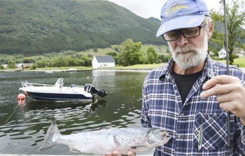 PUKKELLAKS: Hans Thunold fekk pukkellaks i fjor. I år ser det ut til å vera mykje mindre av denne uønska fisken. (Arkivfoto).