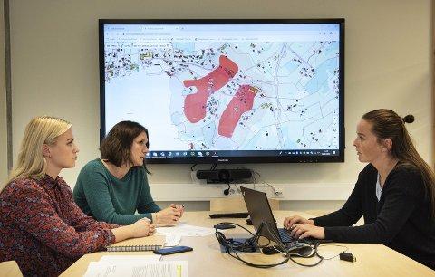 F. v: Rådgivar Mai Linn Olsen, seksjonsleiar for forvaltning, Hilde Kjelstrup, og samfunnsutviklar Hildegunn Furdal understrekar at det heile handlar om tryggleik for dei som bur i området.