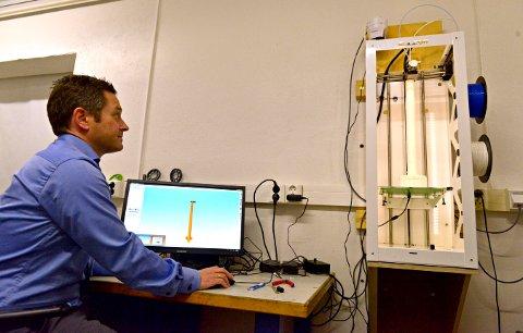 Ole Hoen i GKN Aerospace har i dag tilgang på plastprinter, men det er metallprinter som vil kunne utgjøre en stor forskjell for Kongsberg-industrien i framtida.
