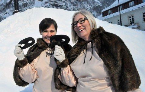 KLARE FOR SOLFEST: Åshild Langeland (t.v.) og Vivian Mathisen i Solfesten på Rjukan, sender ungdommen til Kongsberg når de voksne skal feste lørdag kveld.
