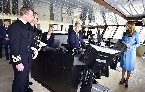 PÅ BÅTEN: Prins William og hertuginne Kate avbildet med Kongsberg maritime systemer. Navnefeiringen ble avholdt på Cammell Lairds Birkenhead i Storbritannia 26. september.