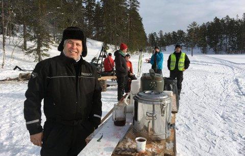 VARM SAFT: Øyvind Tonby kan igjen ønske velkommen til Knuteløpet. Saftstasjonen flyttes noe på grunn av at det kun er den korte løypa som gås.
