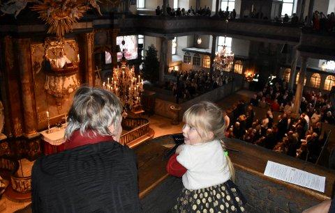 """Julie Bertheau Sverre koste seg da 700 tilhørere i Kongsberg kirke reiste seg og sang """"Hurra for deg"""" på femårsdagen."""