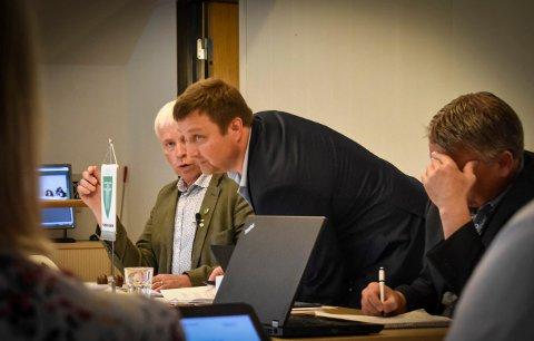 ØKONOMI: Det ser ikke lyst ut for den økonomiske situasjonen i Flesberg. Bildet er fra et tidligere kommunestyremøte. Fra venstre: Ordfører Oddvar Garaas, Eilev Bekjorden og rådmann Jon Gjæver Pedersen.