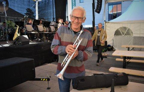 LETTET: Vebjørn Ruud fant igjen trompeten sin midt i flerbrukskrysset rett før konsertstart med Kongsberg Storband fredag. Trompeten hadde falt ut av sidevognen på motorsykkelen på vei fra Gamlegrendåsen. En lettet Ruud kunne konkludere med at trompeten heldigvis var like hel og klar til konsert.