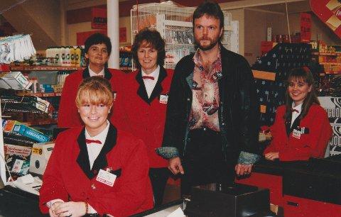 Tor Arne Berntsen og medarbeiderne på Mini 1000: Elin Polle, Gunn Johansen, Greta Johansen og Jeanette Johnsen. Trolig er bildet tatt i forbindelse med åpningen av en ny butikk i Moskenes i desember 1994.