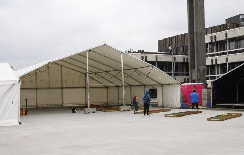 FLYTTES: Flere av lørdagens arrangementer blir flyttet til teltet ved Rådhusplassen på grunn av dårlig vær.