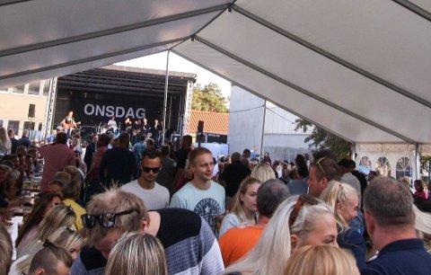 TETT FOLKEMENGDE: Over tusen mennesker som er samlet tett til konserter i bakgården, vil ikke kunne skje i år.
