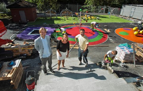 CIS. Childrens International School på Verket i Moss er nesten ferdig og snart klar til første skoledag. Fredrik Hansen og Lise Holman. Håndverker Lucjan Kloss støvsuger utetrappen.