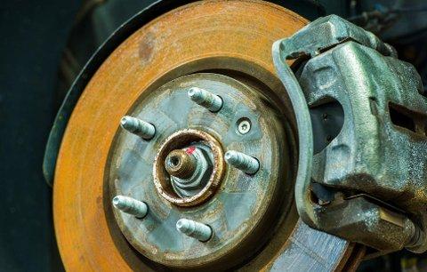 Bremseskiver som ruster og må skiftes tidlig er et betydelig problem for norske bilister.