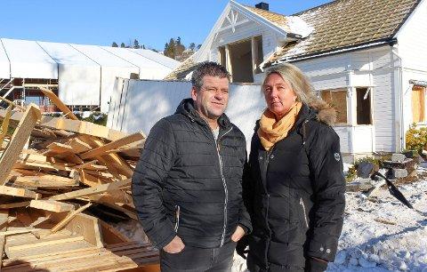 Trist: Huset til Eirik og Grethe Reinnel ble så skadet at det måtte rives. Det måtte også nabohuset.