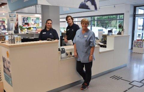 Fra venstre: Marie Helgesen, Daniel Ercoli og veterinær Ruth Anne Aas ved AniCura dyreklinikk i Varnaveien.