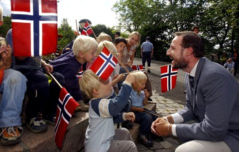 POPULÆR:  Det var stor fest da kronprins Haakon kom på mossebesøk under fredsuka i 2005. Christoffer Karlsen (3) bøyde seg fram og bød kronprinsen på ei skive med prim.