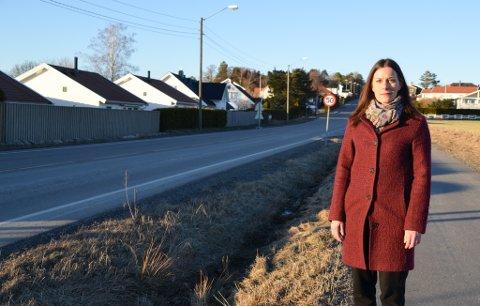 FOR FORT: June Hansen mener mange kjører for fort langs Dyreveien. Spesielt fra Ekholtveien og oppover forbi Kallumjordet. Nå ønsker hun fartstiltak og flere gangfelt.