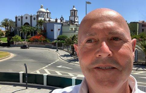 Lever livet: Miguel Sørholt, tidligere kjent som «champagnemegler», har slått seg ned i Gran Canaria sammen med familien. Her er han utenfor familiens bolig på Meloneras, rett ved det fasjonable Lopesan-hotellet som sees i bakgrunnen.