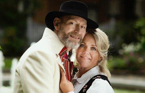 BUNAD: Elin Kyllo og Terje Hoem valgte å gifte seg i bunad: – Det er festplagg for oss, og vi bruker den så ofte vi kan.