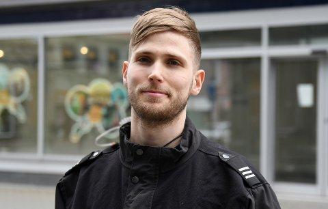 Martin Husevåg (28) er generelt positiv til elsparkesykler, og sier han bruker dem selv innimellom. Men 2000 stykker i bybildet synes han høres ut som litt i meste laget.