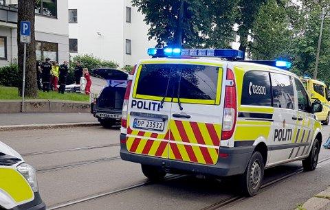 Politi og ambulansepersonell ved stedet der en mann tirsdag ble skutt i beinet av politiet, etter at han truet en trikkefører med kniv.