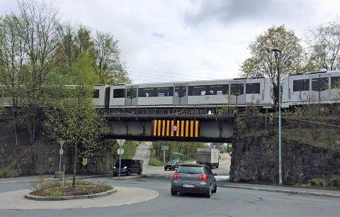 RIVES: Denne broen på Bryn skal rives til fordel for en ny bro litt lenger sør i Østensjøveien, som skal lede T-banen inn i en tunnel til/fra Hellerud.