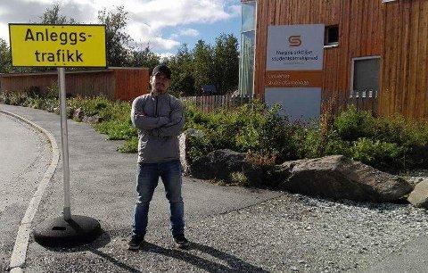 MYE STØV: – Tungtrafikken som går forbi har blitt et problem for våre to barn, sier Ernst Magne Pedersen til Nordlys.