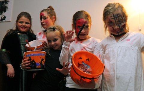 SKAL SKREMME: Emilie Strand Reinstrand (8), Sofie Vik (8) Luna Heggås Stavdal (8), Martinne Pedersen (8) og Kaja Cock-Stabel (8) er klar for halloween.