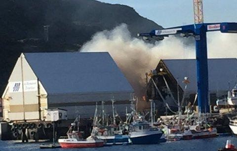 FULL FYR: Det brenner svært kraftig i en båt som ligger i slipen i Havøysund.