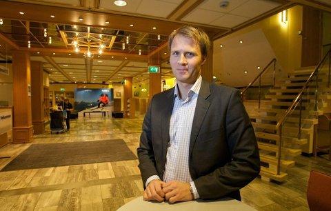 Lars Nymo Trulsen, banksjef hos SpareBank 1 Nord-Norge i Tromsø, deler ut 10.000 kroner til en ildsjel under fotballgallaen i Tromsø 9. november.