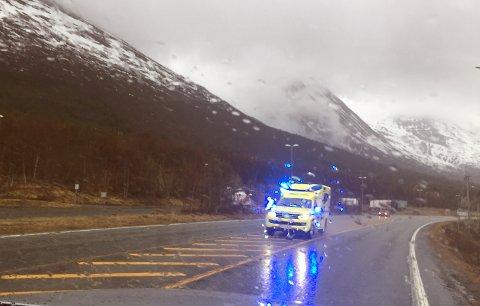 Ambulanse med blålys på vei mot Tromsø fra ulykkesstedet.