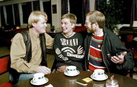 TVILERKAMP: Europabevegelsens Claus Albretsen (til venstre) og Nei til EUs Nils Aarsæther i heftig kamp om tviler Janne Andreassen like før avstemmingen 28. november 1994. - Vi tapte hundre prosent av tvilerne i den siste tida, sier Aarsæther. Det holdt likevel