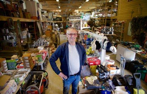 ALT SKAL BORT: I byggefirmaets garasje selger Oddvar Pedersen unna alt fra arbeidsklær og -hjelmer, til skruer, spikre, verktøy og maling.
