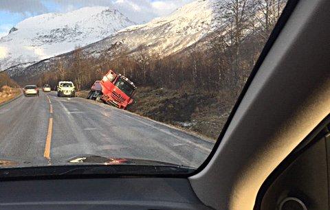 AV VEIEN: Ei trekkvogn med henger kjørte av veien i Lavangsdalen på E8.