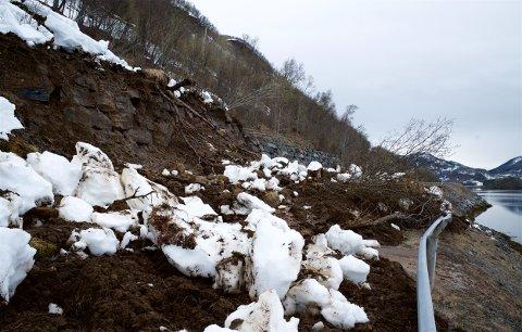 Her ligger jord- og steinmassene over veien.
