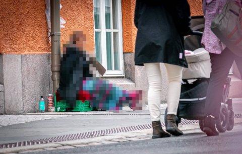 TILBAKE: Tidligere var tiggere et vanlig syn i Tromsø, men de forsvant med stengte grenser. Nå er de tilbake.