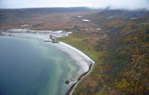 EGEN STRANDLINJE: Eiendommen på Vannøya er veiløs, men kan friste med strandlinje, sandstrand og jaktrettigheter. Utbygging på tomta er imidlertid strengt regulert. Foto: Sne Eiendomsmegling