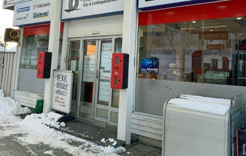 STENGT: Slik ser det ut ved Dekk-kiosken torsdag formiddag. Kiosken holder stengt, men håper på å kunne åpne i ny form etter ombyggingen. Foto: Guro Lysnes
