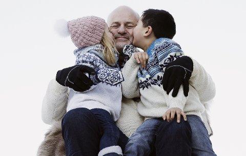 FOTOSHOOT: Knut Strugstad (65) kan ikke rose fotografen høyt nok for behandlingen under hjemmefotograferingen i januar, før den dødelige sykdommen hadde satt sine spor på ham. Avbildet med sine to barnebarn, Idun (4) og Nehemia (7).