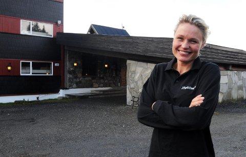 NYE ANSATTE: Hotelleier Maj Elin Storeide ved Spåtind Sport hotel er i sluttfasen med å få på plass ny hotellsjef og kokk.